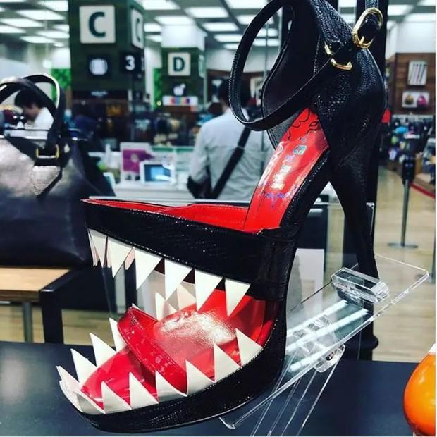 Loạt giày cao gót với thiết kế cực khó đỡ, không trượt ngã sấp mặt cũng khiến người đối diện rùng mình - Ảnh 20.