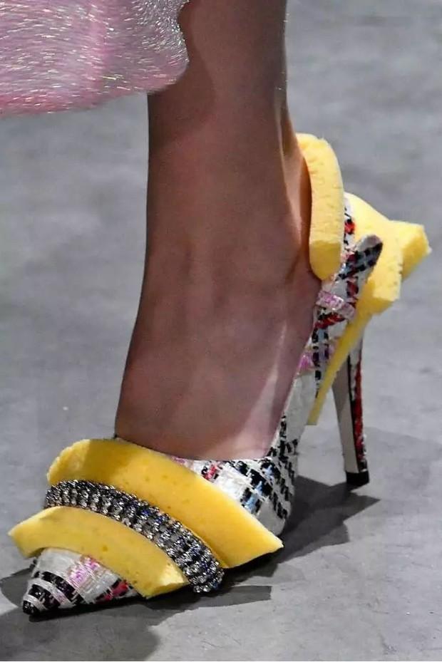Loạt giày cao gót với thiết kế cực khó đỡ, không trượt ngã sấp mặt cũng khiến người đối diện rùng mình - Ảnh 9.