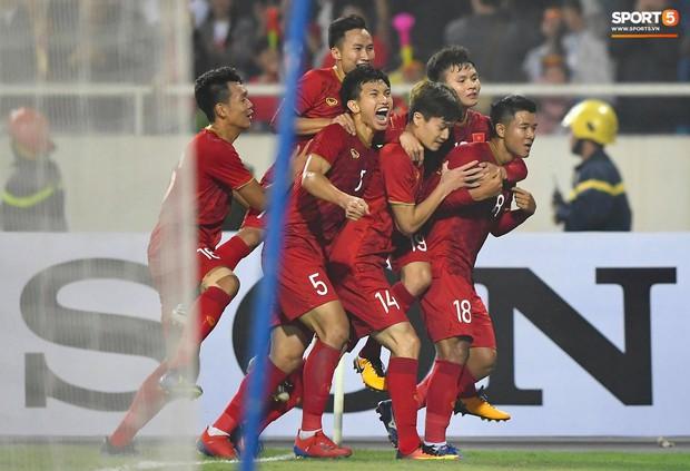 Tăng 1 bậc trên BXH FIFA mở ra cơ hội dự World Cup 2022 cho đội tuyển Việt Nam - Ảnh 1.