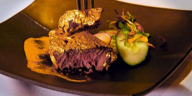 Dát thêm một lớp vàng bên ngoài, miếng steak bò ngay lập tức đội giá lên 400 USD - Ảnh 2.