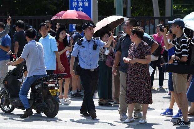 Cuộc sống của 13 triệu người bị đánh giá hạnh kiểm yếu ở Trung Quốc: Không được đi máy bay, phải để nhạc chuông riêng để ai cũng biết - Ảnh 3.