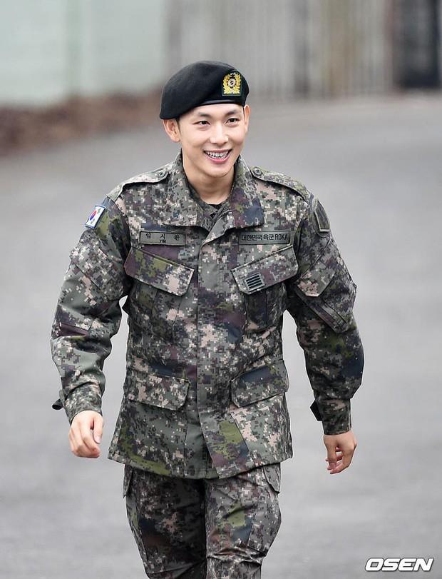 Có ai xuất ngũ như mỹ nam Kpop này: Đi dạo trong khuôn viên trường, nữ sinh vây quanh không khác gì fanmeeting - Ảnh 3.