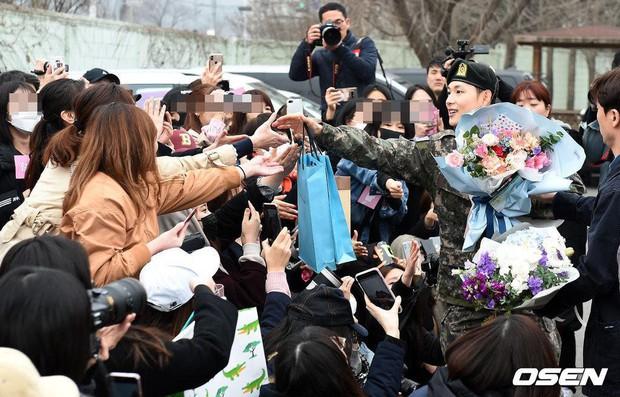 Có ai xuất ngũ như mỹ nam Kpop này: Đi dạo trong khuôn viên trường, nữ sinh vây quanh không khác gì fanmeeting - Ảnh 5.