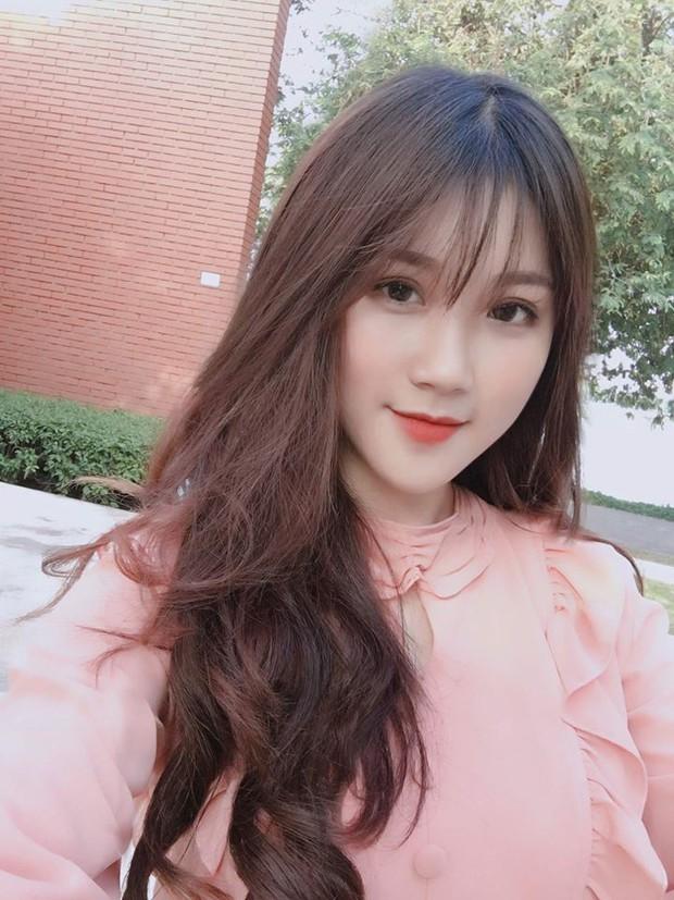 Đã tìm thấy danh tính của nữ CĐV xinh đẹp chiếm spotlight trận U23 Việt Nam hạ gục Thái Lan - Ảnh 4.