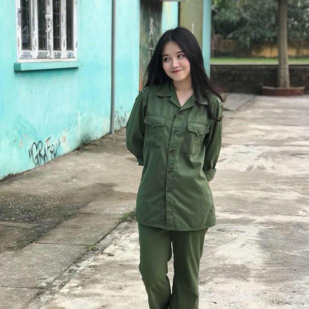 Girl xinh năm nhất Ngoại thương nhận bão like khi đi học quân sự từng là HSG quốc gia môn tiếng Pháp - Ảnh 1.