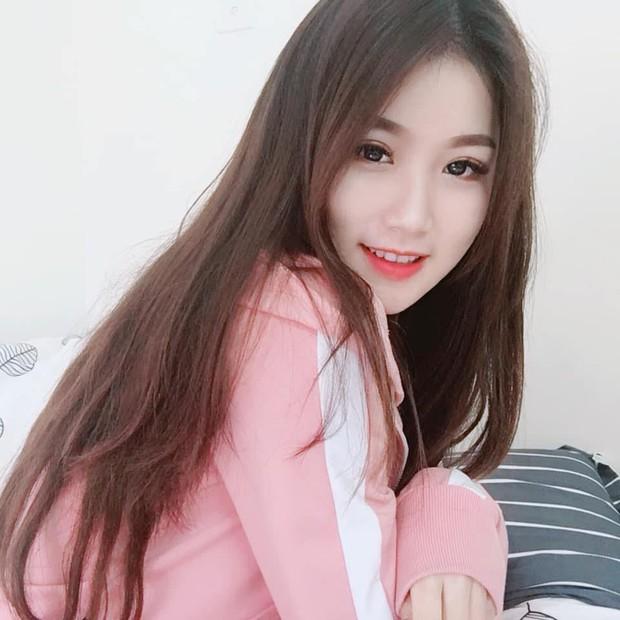 Đã tìm thấy danh tính của nữ CĐV xinh đẹp chiếm spotlight trận U23 Việt Nam hạ gục Thái Lan - Ảnh 2.