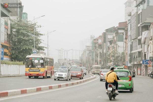 Hà Nội ngập trong sương bụi mù mịt bao phủ tầm nhìn: Tình trạng ô nhiễm không khí đáng báo động! - Ảnh 9.