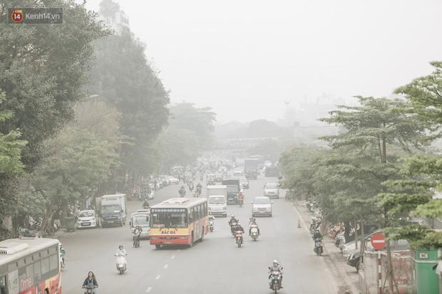 Hà Nội ngập trong sương bụi mù mịt bao phủ tầm nhìn: Tình trạng ô nhiễm không khí đáng báo động! - Ảnh 5.