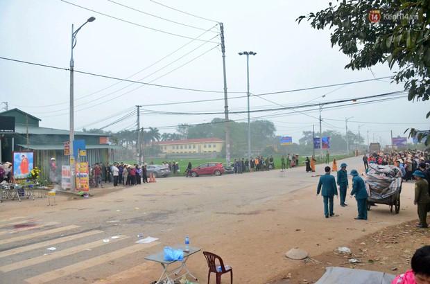 Hiện trường ngổn ngang vụ xe khách tông trực diện đoàn đưa tang khiến 7 người tử vong thương tâm - Ảnh 1.