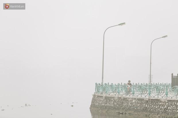 Hà Nội ngập trong sương bụi mù mịt bao phủ tầm nhìn: Tình trạng ô nhiễm không khí đáng báo động! - Ảnh 15.
