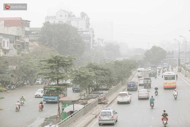 Hà Nội ngập trong sương bụi mù mịt bao phủ tầm nhìn: Tình trạng ô nhiễm không khí đáng báo động! - Ảnh 14.