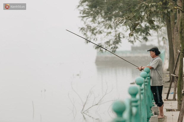 Hà Nội ngập trong sương bụi mù mịt bao phủ tầm nhìn: Tình trạng ô nhiễm không khí đáng báo động! - Ảnh 13.