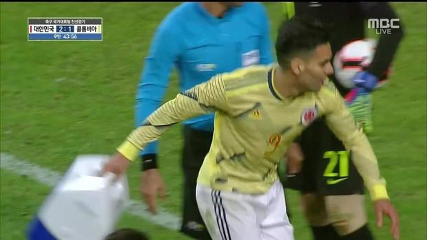 Đội trưởng ĐT Colombia bị trừng phạt sau khi quẳng chiếc hộp y tế của bác sĩ tuyển Hàn Quốc - Ảnh 3.