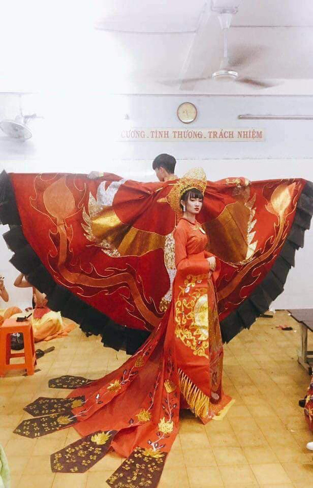 Loá mắt với những bộ váy đẹp ngang tầm Quốc phục đi thi Hoa hậu được học sinh tạo nên từ đồ tái chế - Ảnh 3.