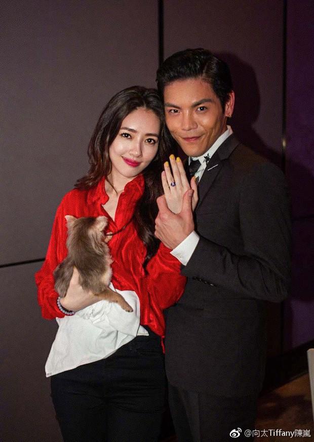 Lộ ảnh màn cầu hôn, nhẫn kim cương khủng trị giá 14 tỷ của con trai trùm showbiz Hong Kong và tình cũ Seungri - Ảnh 9.