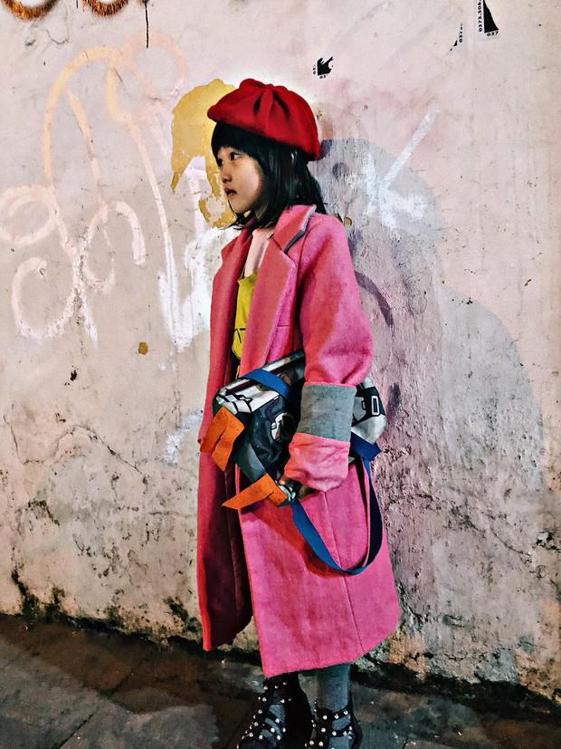 Cô bé 6 tuổi ở Hà Nội gây chú ý với thần thái cùng cách phối quần áo cũ cực chất - Ảnh 4.