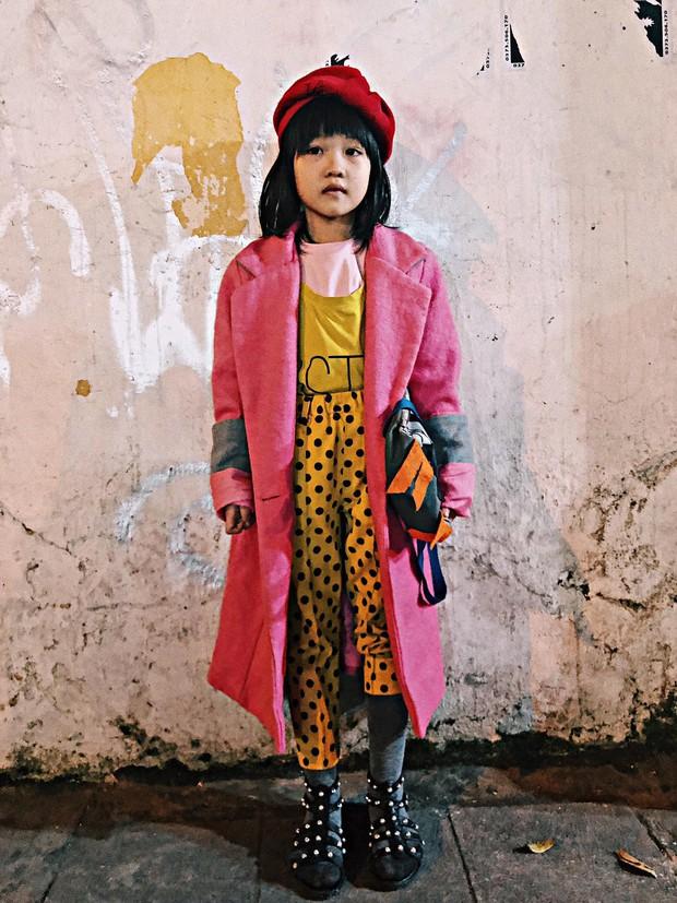Cô bé 6 tuổi ở Hà Nội gây chú ý với thần thái cùng cách phối quần áo cũ cực chất - Ảnh 2.