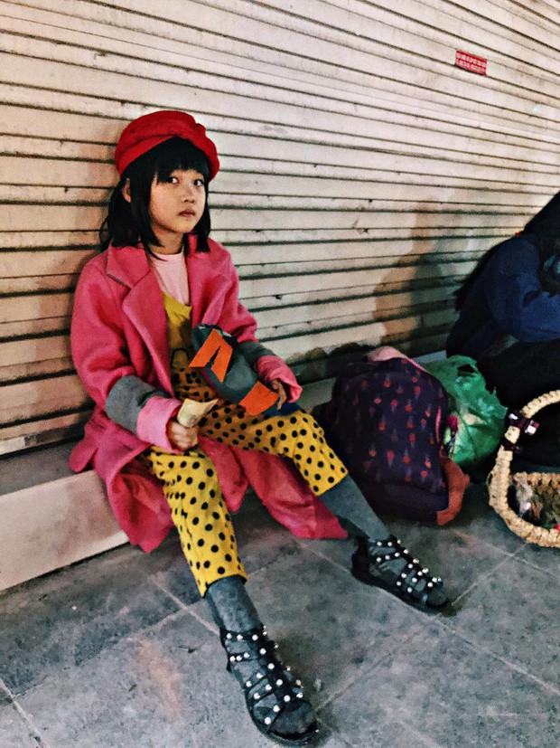 Cô bé 6 tuổi ở Hà Nội gây chú ý với thần thái cùng cách phối quần áo cũ cực chất - Ảnh 3.