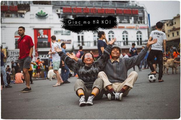 Đôi vợ chồng già lần đầu du lịch Hà Nội: Chịu khó diễn sâu đến nỗi giới trẻ chạy dài mới theo kịp! - Ảnh 1.