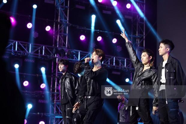 Super Junior khiến khán giả vỡ oà, Chungha gợi cảm hết cỡ bên dàn sao Vpop tại show Hàn - Việt - Ảnh 14.