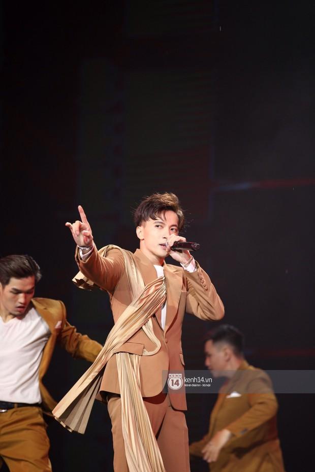 Super Junior khiến khán giả vỡ oà, Chungha gợi cảm hết cỡ bên dàn sao Vpop tại show Hàn - Việt - Ảnh 16.