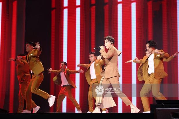 Super Junior khiến khán giả vỡ oà, Chungha gợi cảm hết cỡ bên dàn sao Vpop tại show Hàn - Việt - Ảnh 17.
