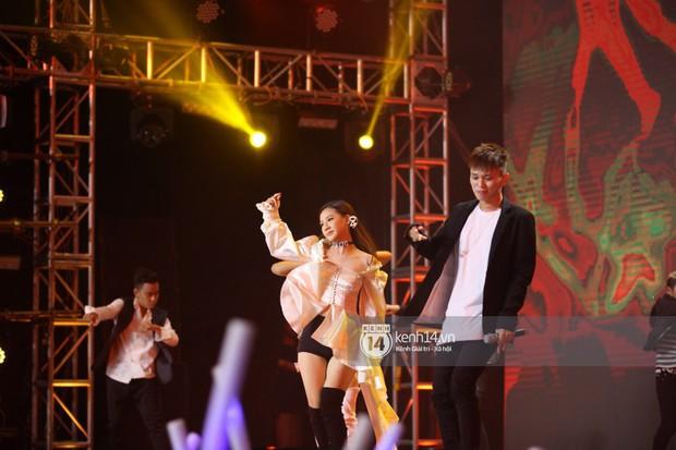Super Junior khiến khán giả vỡ oà, Chungha gợi cảm hết cỡ bên dàn sao Vpop tại show Hàn - Việt - Ảnh 22.