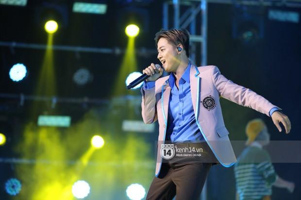 Super Junior khiến khán giả vỡ oà, Chungha gợi cảm hết cỡ bên dàn sao Vpop tại show Hàn - Việt - Ảnh 24.