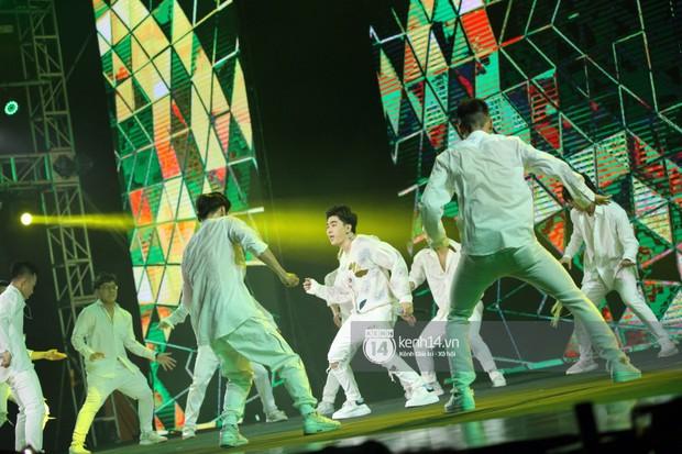 Super Junior khiến khán giả vỡ oà, Chungha gợi cảm hết cỡ bên dàn sao Vpop tại show Hàn - Việt - Ảnh 27.