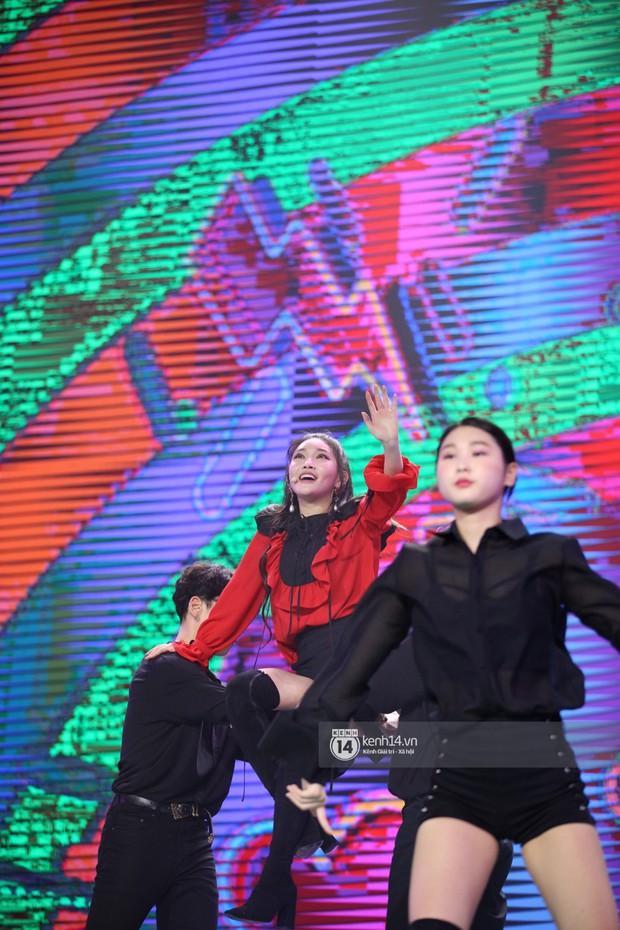 Super Junior khiến khán giả vỡ oà, Chungha gợi cảm hết cỡ bên dàn sao Vpop tại show Hàn - Việt - Ảnh 7.
