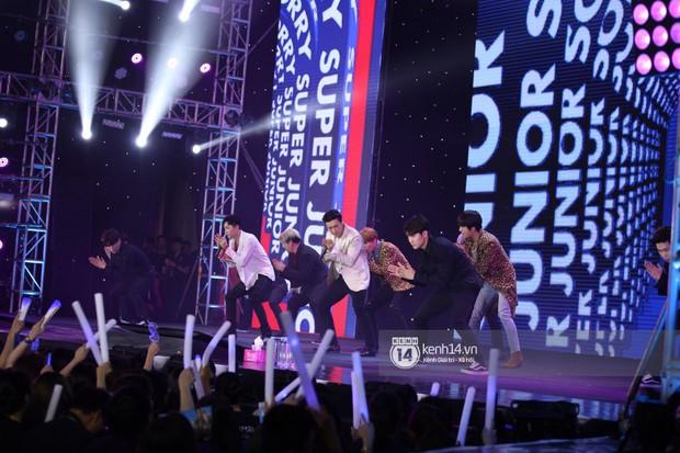 Super Junior khiến khán giả vỡ oà, Chungha gợi cảm hết cỡ bên dàn sao Vpop tại show Hàn - Việt - Ảnh 3.