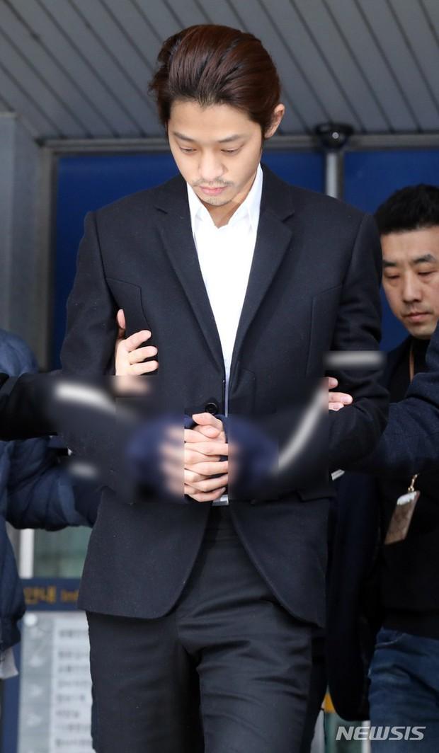 Jung Joon Young chính thức bị áp giải sang văn phòng công tố: Trói bằng dây thừng, còng tay, mặt mũi bơ phờ - Ảnh 3.