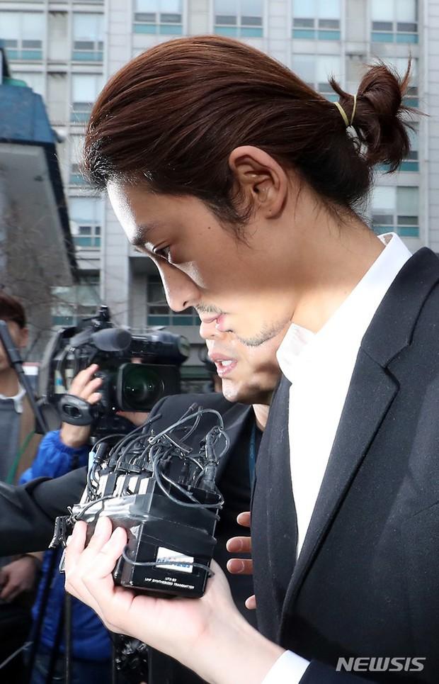 Jung Joon Young chính thức bị áp giải sang văn phòng công tố: Trói bằng dây thừng, còng tay, mặt mũi bơ phờ - Ảnh 7.