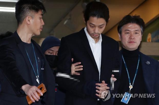 Jung Joon Young chính thức bị áp giải sang văn phòng công tố: Trói bằng dây thừng, còng tay, mặt mũi bơ phờ - Ảnh 2.