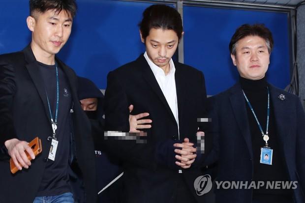 Jung Joon Young chính thức bị áp giải sang văn phòng công tố: Trói bằng dây thừng, còng tay, mặt mũi bơ phờ - Ảnh 1.