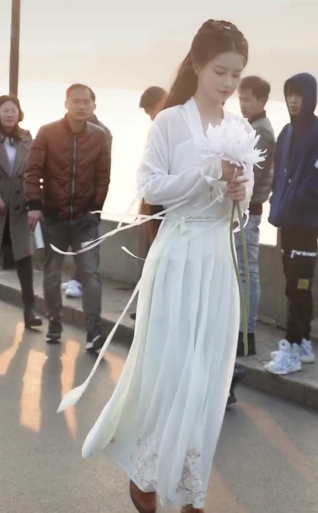 Xuất hiện nữ sinh với khí chất băng thanh ngọc khiết y hệt Tiểu Long Nữ, bước ra từ trường thi nghệ thuật - Ảnh 2.