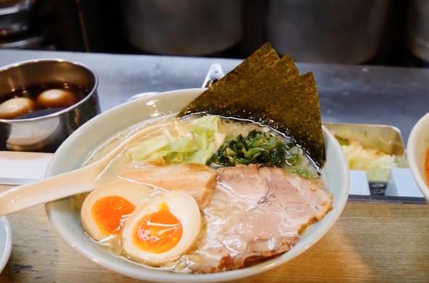 Tiện lợi như Nhật Bản: máy bán hàng có hamburger, ramen nấu sẵn, cơm bento và ti tỉ những món ăn khác - Ảnh 2.