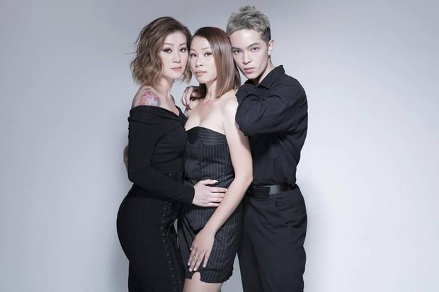 Gia đình ai cũng đẹp của Kelbin Lei: Mẹ U60 phối đồ xịn sò, hai chị gái dẫn đầu trong khoản hack tuổi - Ảnh 15.