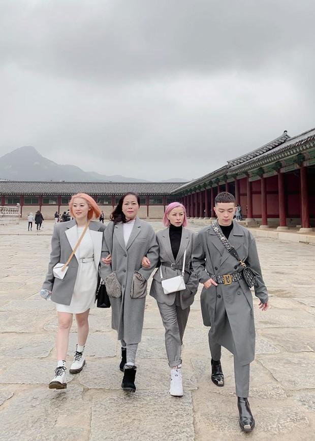 Gia đình ai cũng đẹp của Kelbin Lei: Mẹ U60 phối đồ xịn sò, hai chị gái dẫn đầu trong khoản hack tuổi - Ảnh 2.
