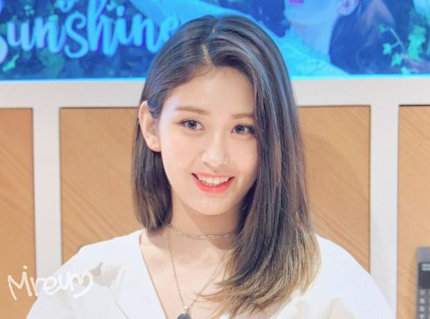 Rời JYP về YG, nữ thần lai sinh năm 2001 Jeon Somi lên đời nhan sắc: Ảnh chưa chỉnh sửa mà đẹp như Final Fantasy - Ảnh 2.