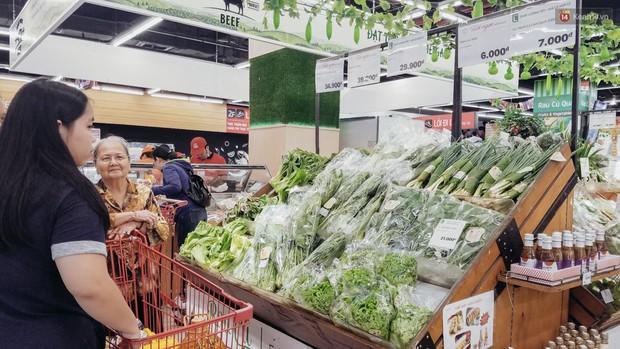 Một siêu thị lớn ở Sài Gòn đã dùng lá chuối bọc thực phẩm, khách hàng nhìn mà ưng con mắt! - Ảnh 3.