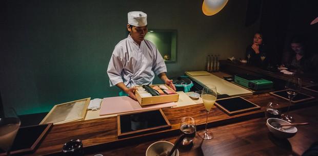 Có những nhà hàng sushi ít chỗ ngồi nhất thế giới, khiến thực khách phải chiến nhau khốc liệt hòng giành một suất - Ảnh 4.