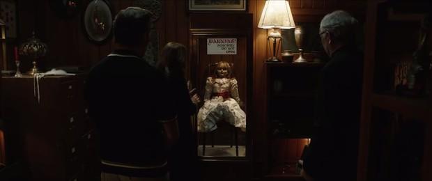 Annabelle 3 tung trailer: Cô Beo học đòi chị ma Kayako chiêu chui tọt vào mền hù doạ - Ảnh 2.