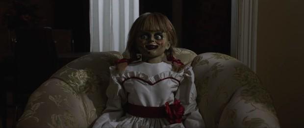 Annabelle 3 tung trailer: Cô Beo học đòi chị ma Kayako chiêu chui tọt vào mền hù doạ - Ảnh 3.