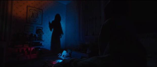 Annabelle 3 tung trailer: Cô Beo học đòi chị ma Kayako chiêu chui tọt vào mền hù doạ - Ảnh 7.