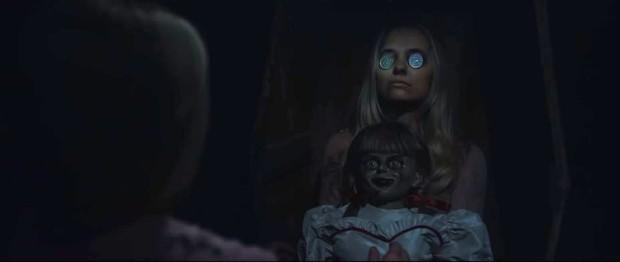 Annabelle 3 tung trailer: Cô Beo học đòi chị ma Kayako chiêu chui tọt vào mền hù doạ - Ảnh 6.