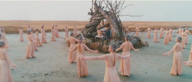 Chen (EXO) ngồi một mình giữa dàn vũ công trên đảo hoang thể hiện bản tình ca ngọt ngào trong MV debut  - Ảnh 2.