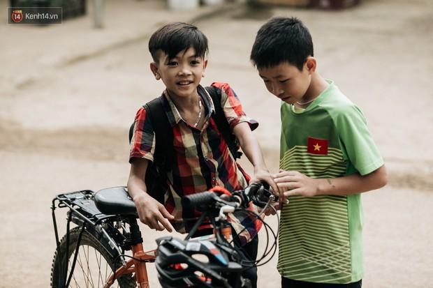 103 triệu đồng cho đôi dép khét lẹt và chiếc xe đạp vượt 103 km của cậu bé Sơn La: Sự tử tế của những người xa lạ - Ảnh 9.