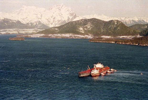 Sau 30 năm, những bức ảnh từ thảm họa tràn dầu Exxon Valdez vẫn còn gây ám ảnh - Ảnh 1.