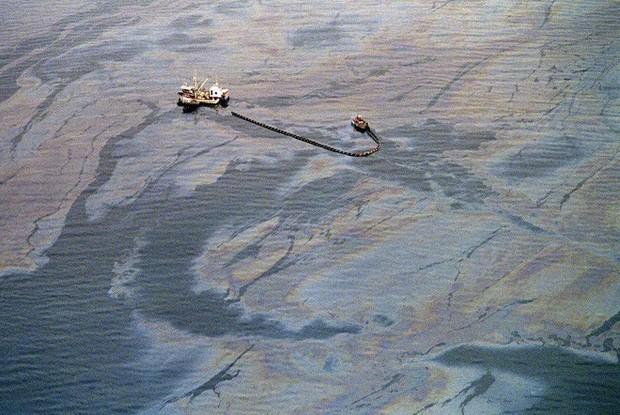 Sau 30 năm, những bức ảnh từ thảm họa tràn dầu Exxon Valdez vẫn còn gây ám ảnh - Ảnh 2.